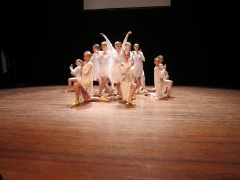 De kinderen dansten met kracht, energie en lef tijdens De Nederlandse Klomp.