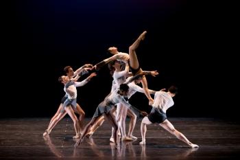 Lees de recensie van het debuut van de Junior Company op Dans Magazine.