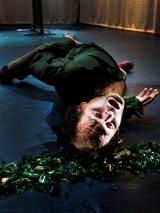 Een momentopname uit de dansvoorstelling Glas van Andreas Denk. Plan-D