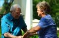 Een ouder echtpaar aan het dansen