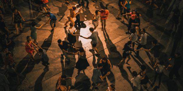 Dansen doe je samen, net als de wereld verduurzamen. Foto Unsplash
