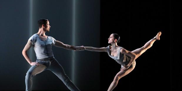 Twee dansers uit de voorstelling ICOON van Introdans