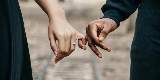 Koppel houdt handen vast