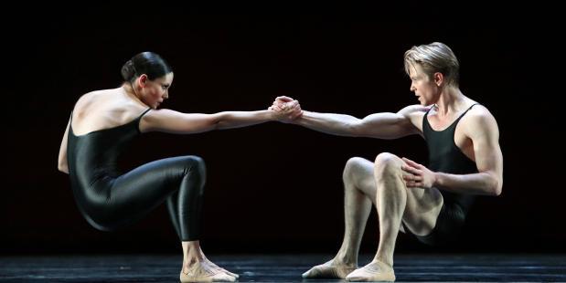 Dansers Igone de Jongh & Marijn Rademaker in Deja Vu.  Fotografie Hans Gerritsen