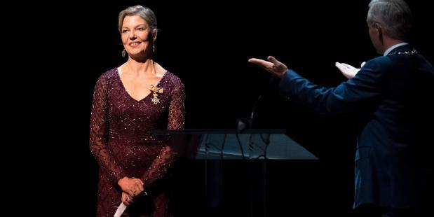 Rachel Beaujean met de zojuist door Wethouder Van der Burg uitgereikte Koninklijke Onderscheiding. Foto: Michel Schnater.