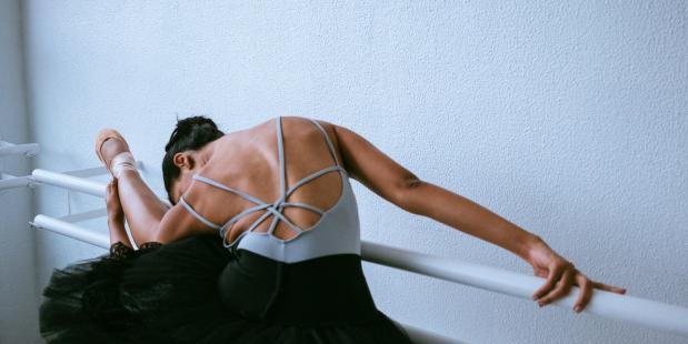 Ballerina die aan het stretchen is