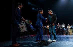 Ed Wubbe  krijgt een lintje uit handen van wethouder Pex Langenberg. Foto Rob Hogeslag