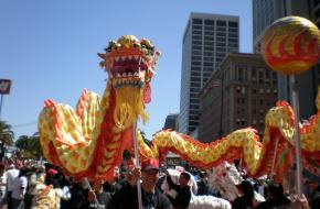 Chinese drakendans tijdens Olympische Spelen in 2008. Foto van BrokenSphere [CC BY-SA 4.0] , via Wikimedia Commons