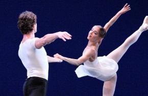 Anu Viheriaranta in Concerto Barocco van George Balanchine. © Angela Sterling