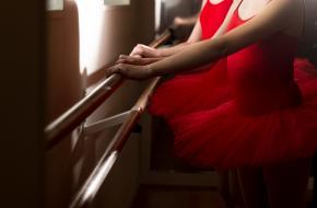Danseres aan ballet bare. Foto via Unsplash.com
