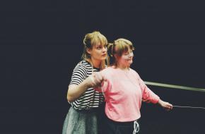 Foto: Daniëlle Reizevoort - Joop Oonk (l) en Enya Staver (r) - Dansmakers Fits All skvr & Misiconi Dance Conpany