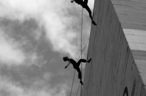 acrobatiek dans gebouw aerial dance