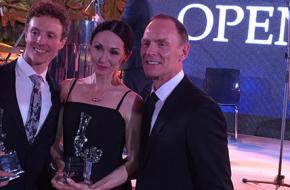 Prijswinnaars Anna Tsygankova, Remi Wörtmeyer met hun Awards vergezeld door Ted Brandsen, directeur van Het Nationale Ballet.