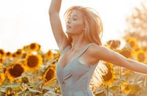 ecstatic dance vrouw in zonnebloemveld