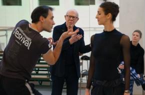 Hans van Manen repeteert samen met Rachel Beaujean Sarcasmen met dansers Jozef Varga en Floor Eimers