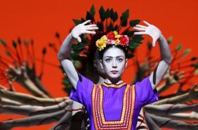Maia Makhateli en dansers ensemble van Het Nationale Ballet.