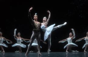 Daniel Camargo & Anna Tsygankova, ensemble in La Bayadere - Het Nationale Ballet. © Marc Haegeman
