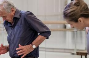 Toer van Schayk in de repetitiestudio van Het Nationale Ballet met danseres Floor Eimers. © Altin Kaftira