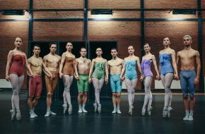 Introdans staat hand in hand. © Mathieu Di Scala