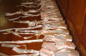 Dansschool eigenaresse geeft dansspullen weg