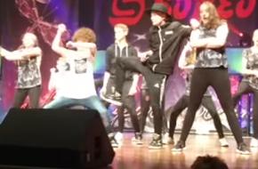 Almelose dansschool herdenkt verongelukte danser © YouTube