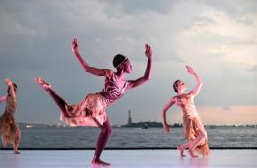 Afrikaanse dansers vertolken Rite of Spring in Dancing At Dusk