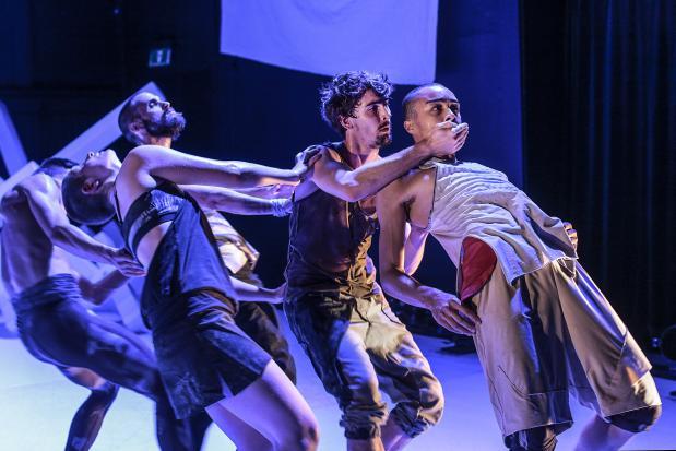tjilpen dansers donkere huid